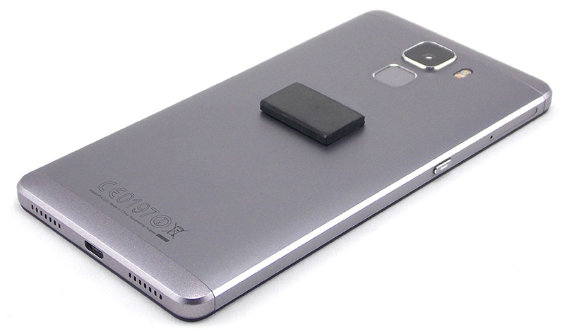 Smartphone avec une pastille de shungite rectangulaire adhésive